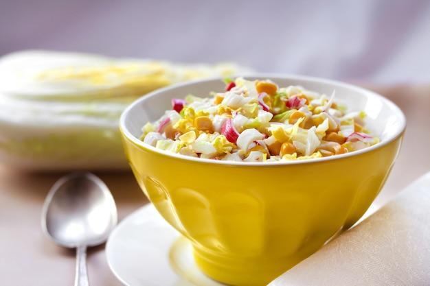 Салат из китайской капусты, сладкой кукурузы и сурими