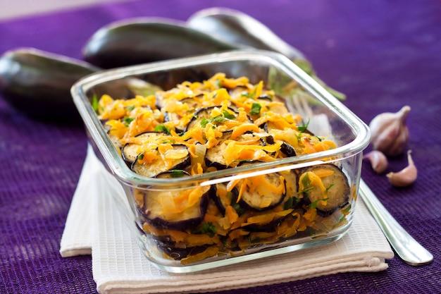 タマネギとニンジンで炒めたマリネしたナスの前菜