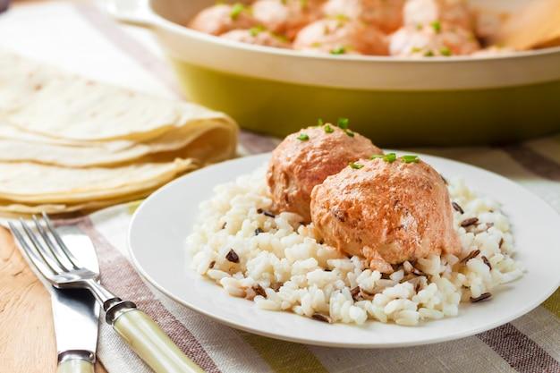 鶏のミートボールとクリーミーなトマトソースのご飯