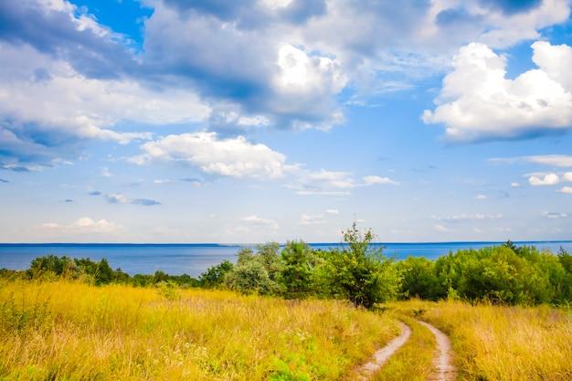 晴れた日の明るい曇り空で、ウクライナのカニフ貯水池の美しい風景