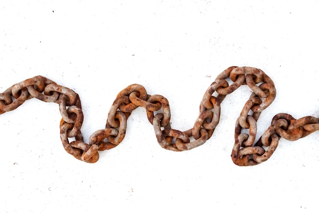 Большая старая ржавая цепь на белом