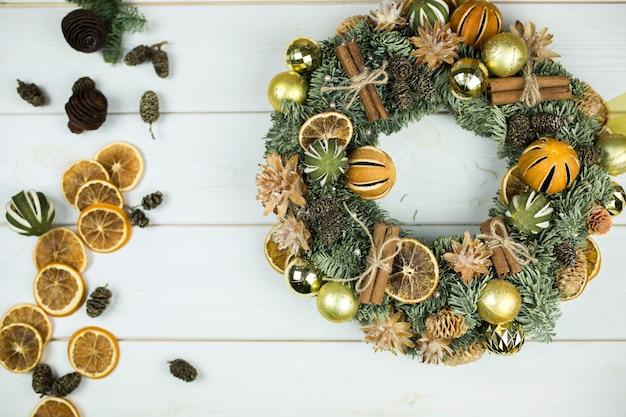 Новогоднее елочное украшение со специями, корицей, мандарином, канун на белом фоне деревянные