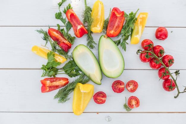 白い木製の背景に新鮮な野菜