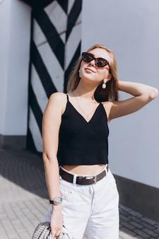 Крупным планом портрет моды блондинки молодой женщины в солнцезащитных очках