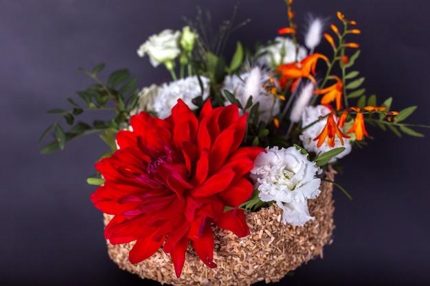 孤立した黒の背景に花のカラフルな新鮮な花束