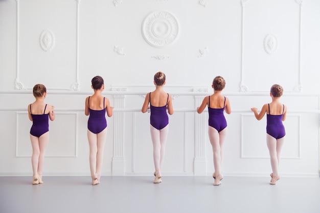 女の子はクラスの振り付けでバレエを行う