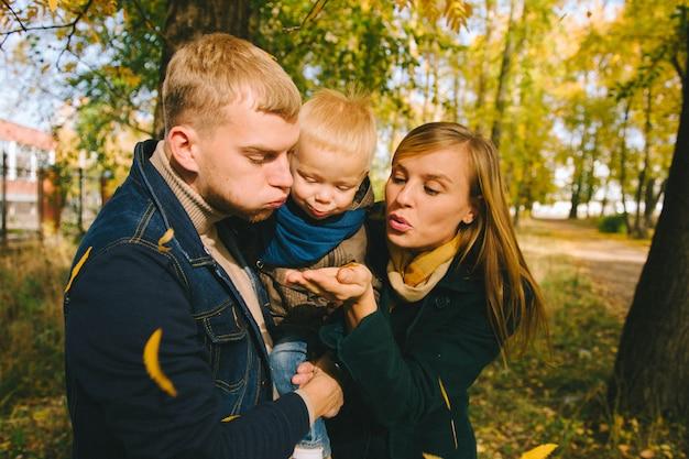 幸せな家族の秋の散歩