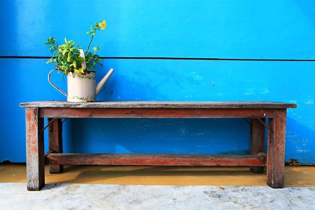 青色の背景に植木鉢
