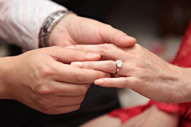 彼のガールフレンドに婚約指輪を与える男
