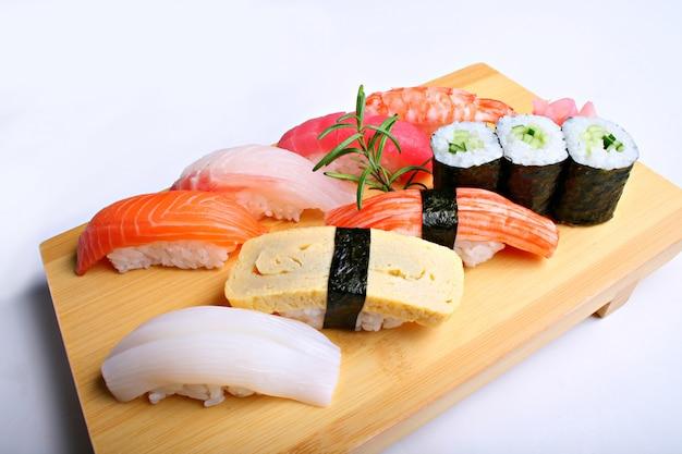 白い背景の上の混合寿司