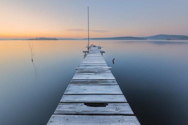 湖の冷ややかな夜明け