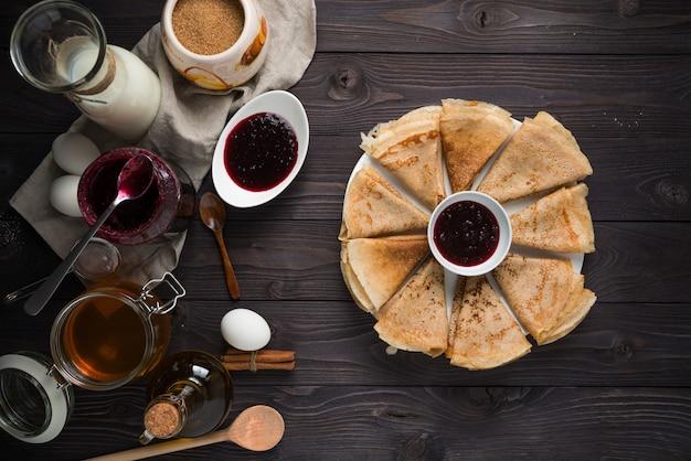木製のテーブルでパンケーキを焼くための材料