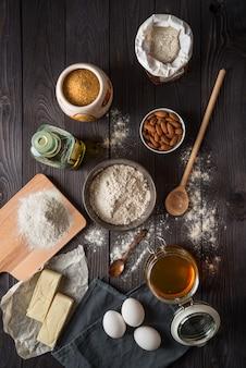 Ингредиенты для выпечки на деревянный стол сверху