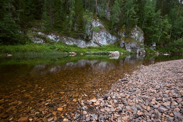 岩の間の川
