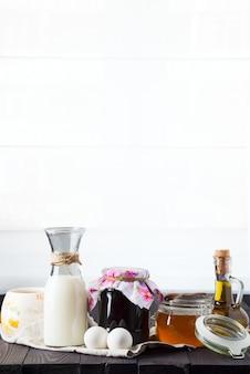 Ингредиенты для завтрака на деревянном столе с бесплатным пробелом