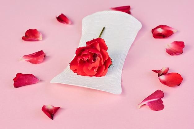 生理用ナプキンと花