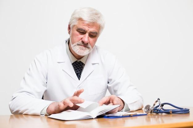 見る年配の医師明るい医師白