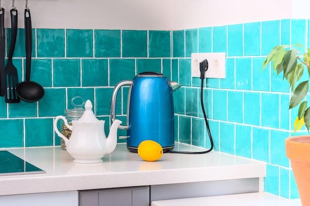 キッチンには、ダークグレーのフラットフロントキャビネットと白いクオーツカウンターが組み合わされています