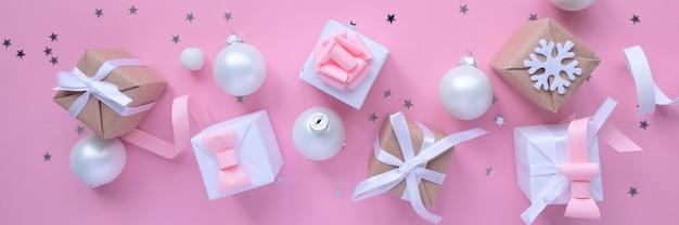 クリスマスの装飾とピンクの背景のギフトボックス