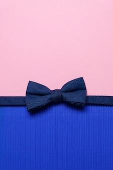 ピンクの蝶ネクタイ付きカード。