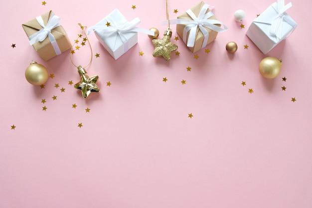 クリスマスの装飾とピンクのギフトボックス