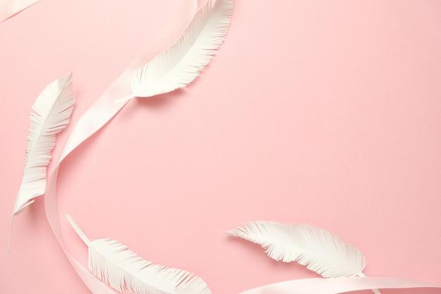 形のピンクの背景にピンクのリボン