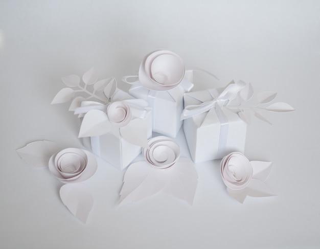 白い贈り物と白い紙の花