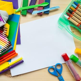 子どもたちの創造性。文房具フラットフレームはウッドの背景に置く