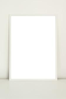 白い背景に白いフレームでポスターをモックアップします。