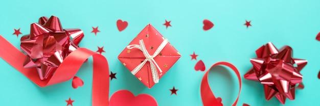 ネオミント背景に赤いバレンタインの要素