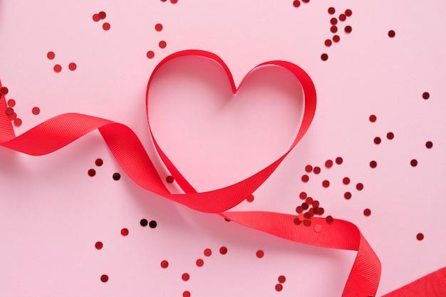 ピンクの背景に赤いバレンタインの要素