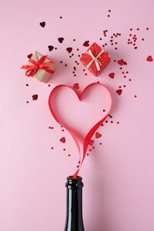 Сердце из красной ленты на розовой поверхности