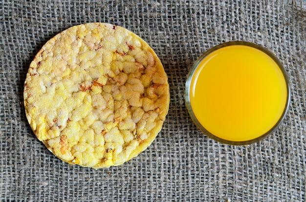 ジュースのガラスと全粒粉クリスプブレッド。健康的な朝食やダイエットの概念