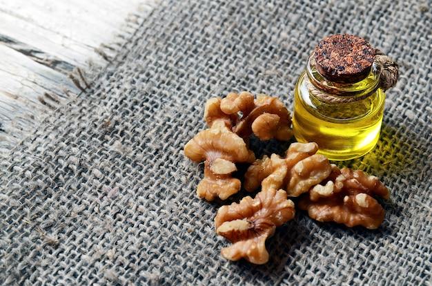 黄麻布に皮をむいたクルミ入りクルミ油