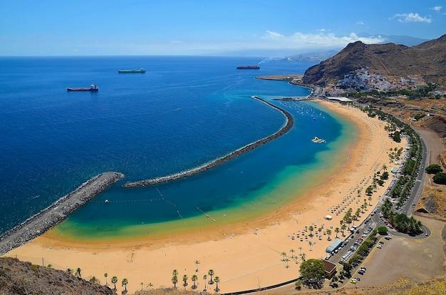 スペイン、カナリア諸島、テネリフェ島の北にあるサンタクルスデテネリフェ近くのラステレシタスビーチの眺め。
