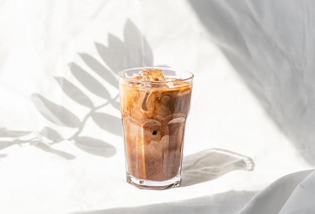 Молочно-сливочный кофе со льдом. кофейный холодный напиток коктейль со льдом и молоком.
