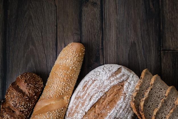 パン。さまざまな種類のパンの品揃え。スライスパン
