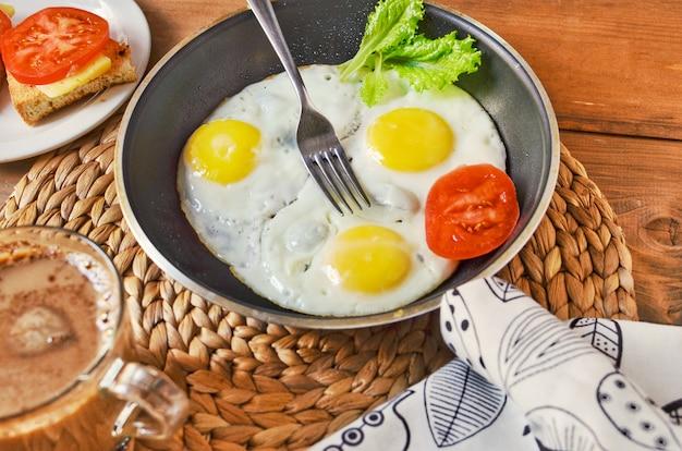 Завтрак с яичницей, бутербродом и кофе