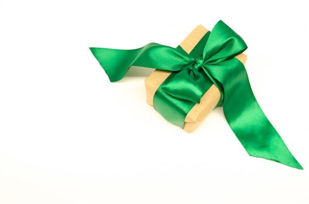 Подарочная коробка с зеленой лентой и бантом