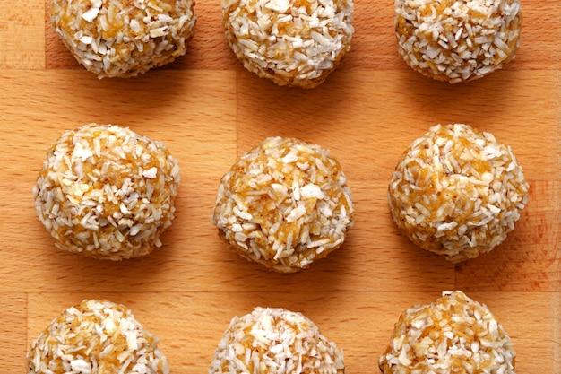 Здоровые домашние сладкие энергетические шарики из сухофруктов и орехов в кокосовом орехе.
