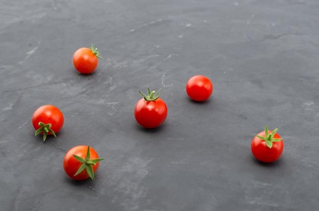 Свежие помидоры черри. вид сверху с копией пространства.