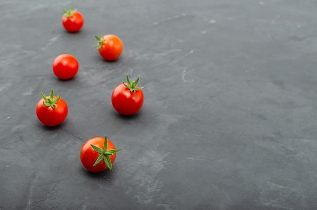 Свежие красные помидоры черри. вид сверху с копией пространства.