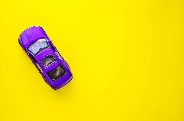Игрушка модель автомобиля с пространством для текста.