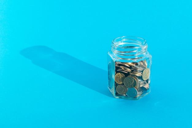 Монеты в прозрачной стеклянной банке