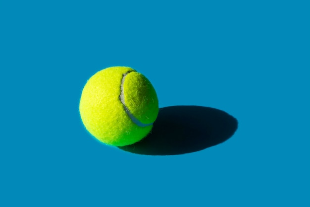 青の強い影とテニスボール