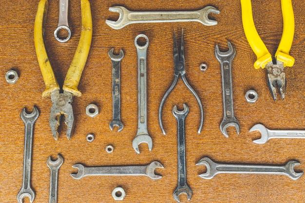 木製の表面、トップビューでさまざまな修復ツール