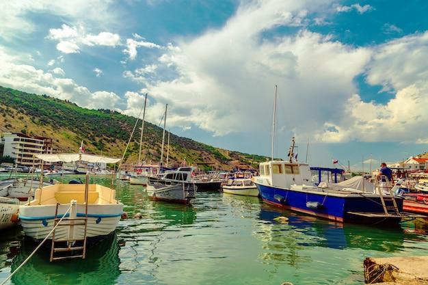 桟橋には多くのヨットやボートがあります。