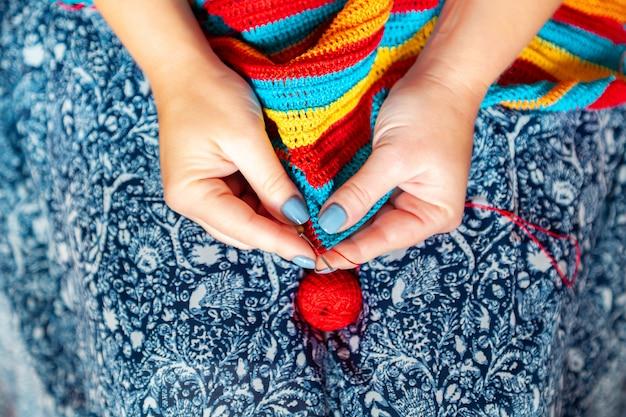女性の手かぎ針編み。