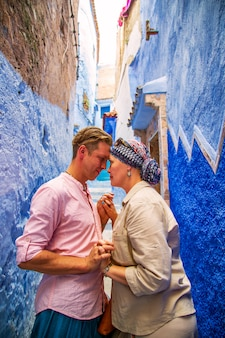 有名な青い街の愛情のあるカップル。