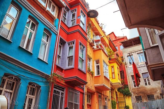 Разноцветные дома района балат, стамбул, турция.